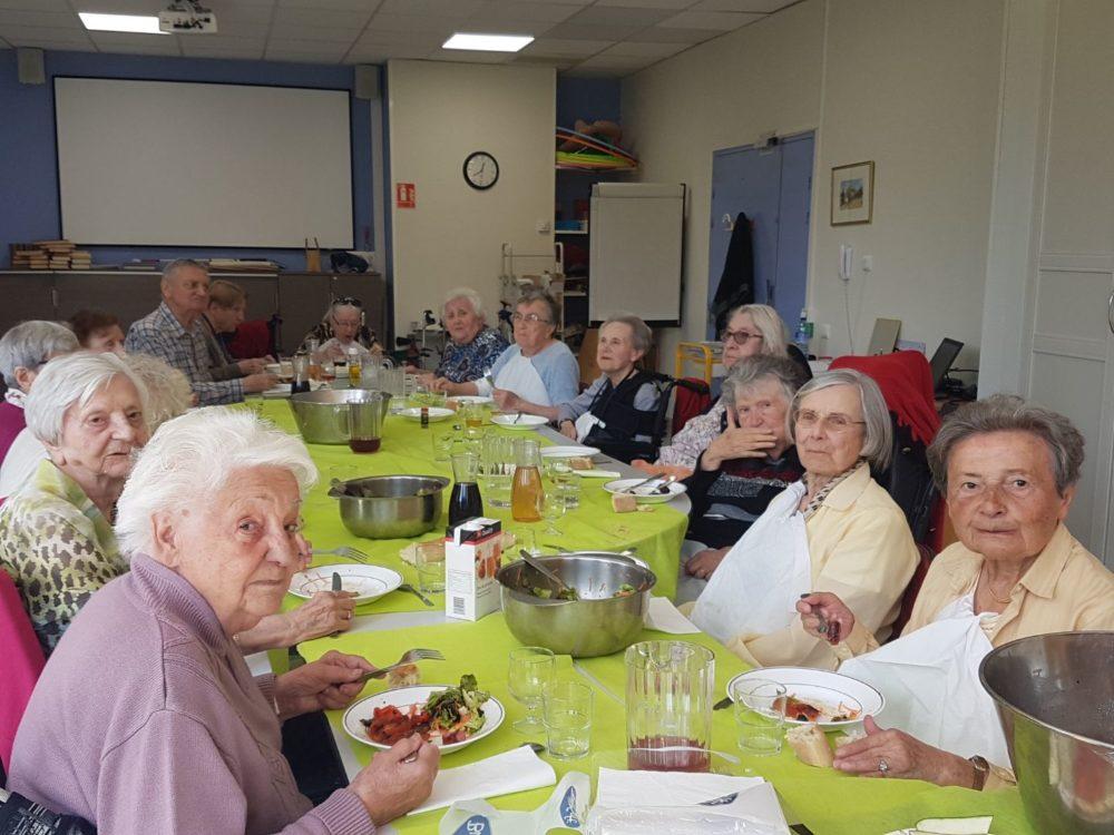 Super repas organisé par l'animatrice de la maison de retraite