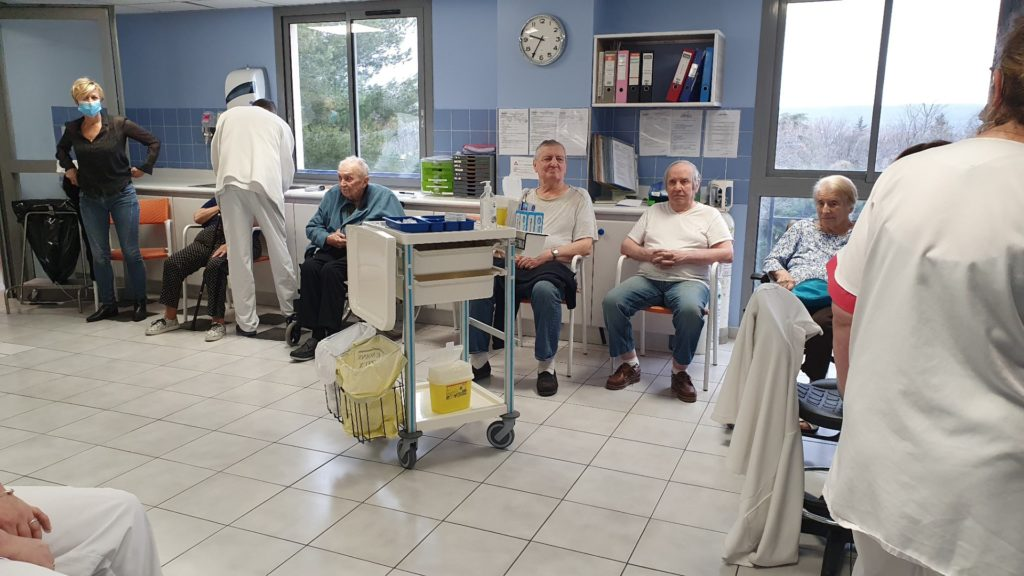 Lancement de la vaccination contre la Covid-19 à la maison de retraite Sainte Victoire à Aix en Provence